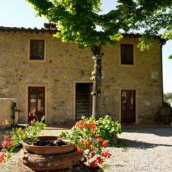 the entrance to the Il Castagnolino farmhouse