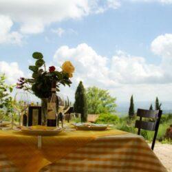 Tische im Sommer gedeckt